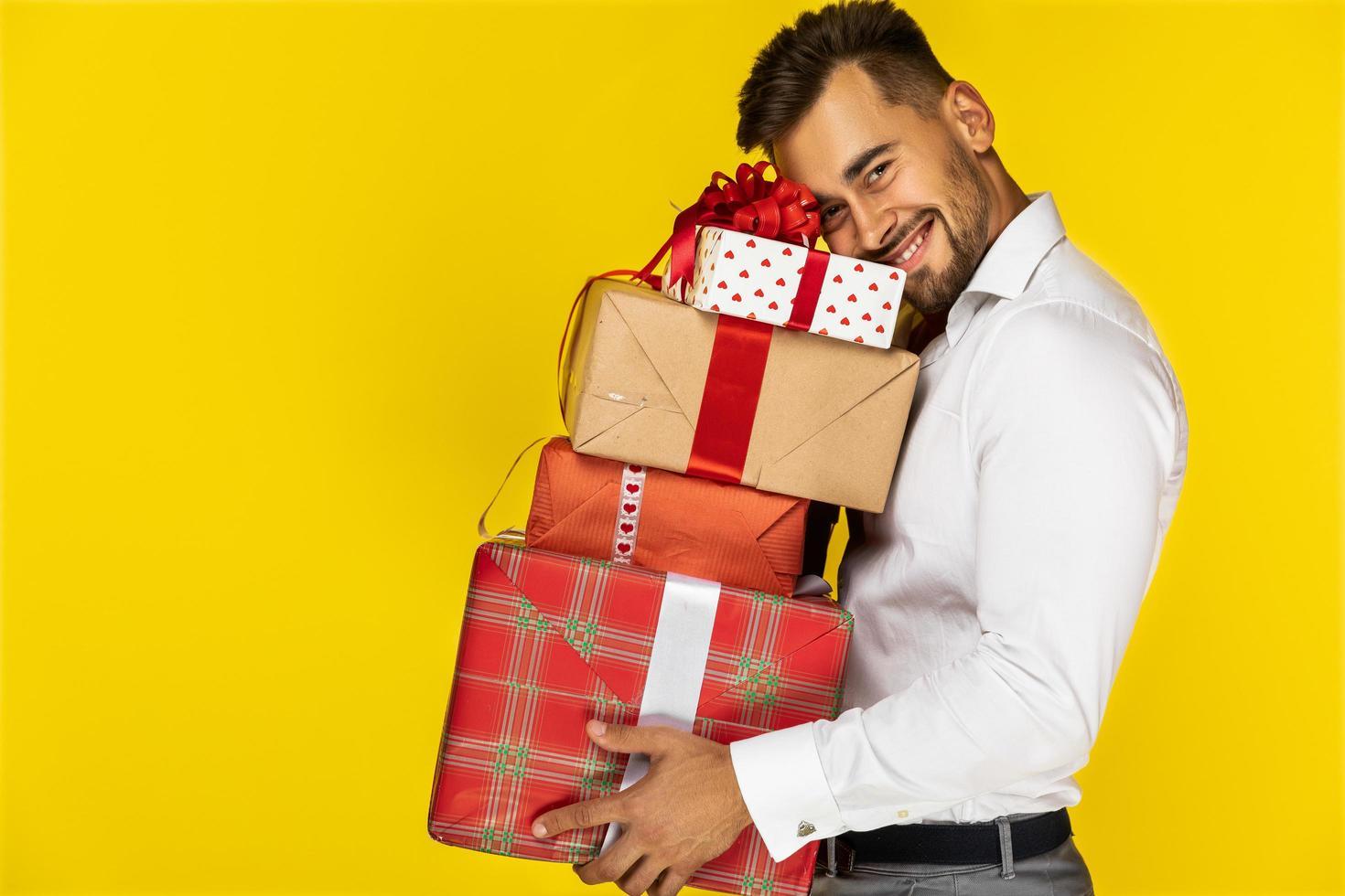 hombre sosteniendo regalos foto