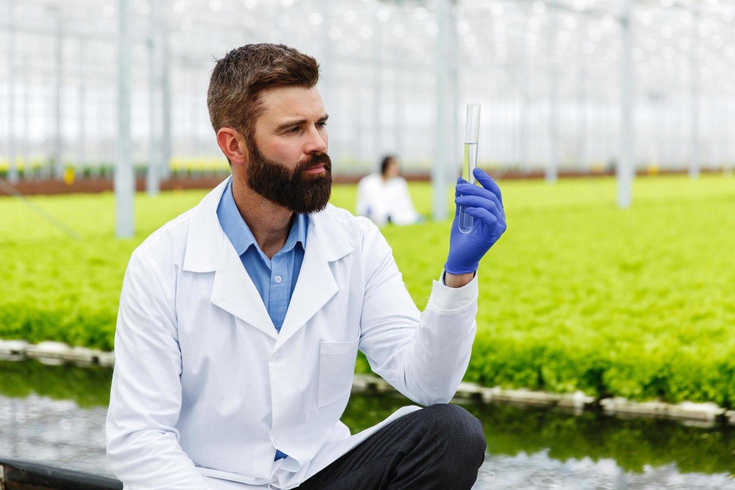 investigador con tubo de muestra foto
