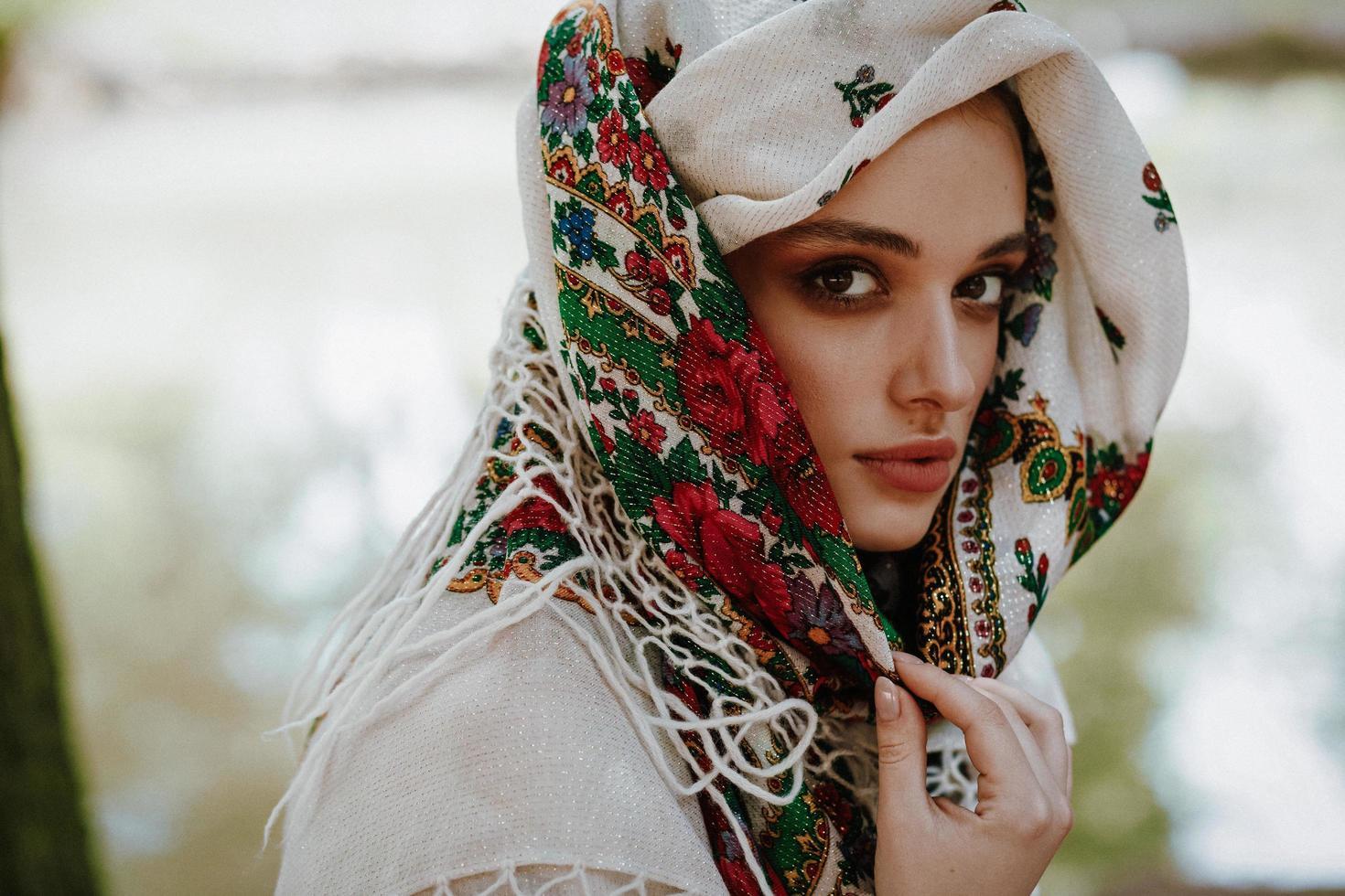 Retrato de una hermosa niña con un vestido bordado ucraniano foto