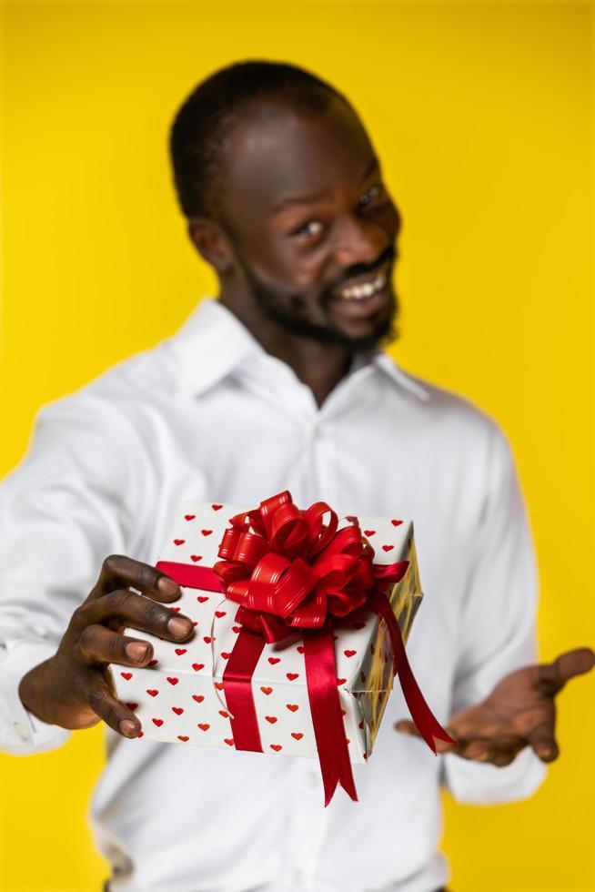 hombre sosteniendo un regalo foto