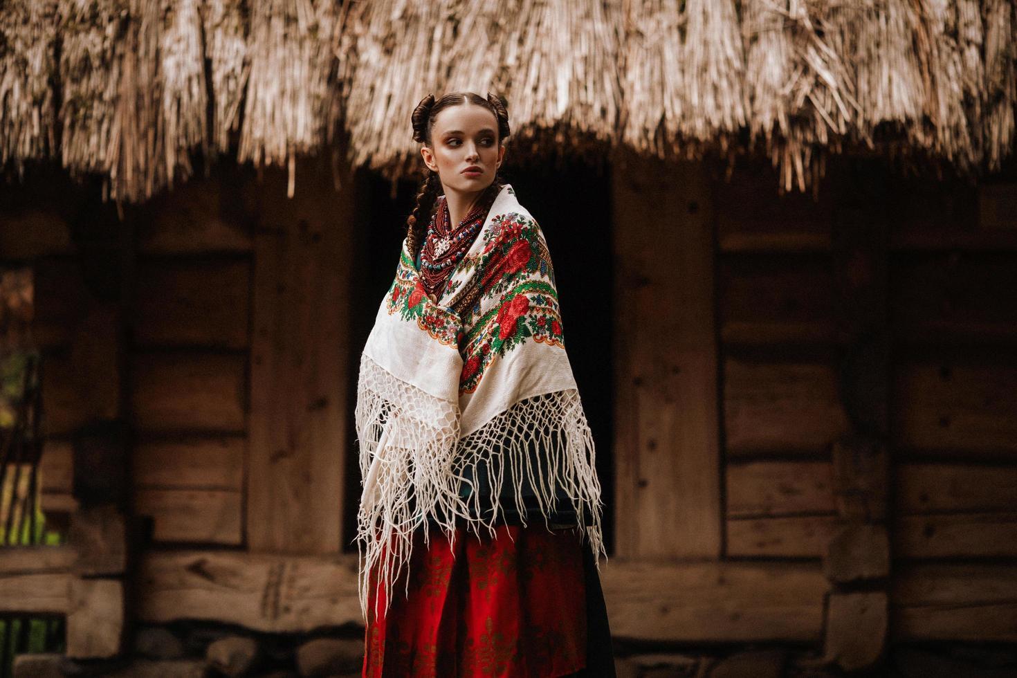 joven, posa, en, ucraniano, vestido foto