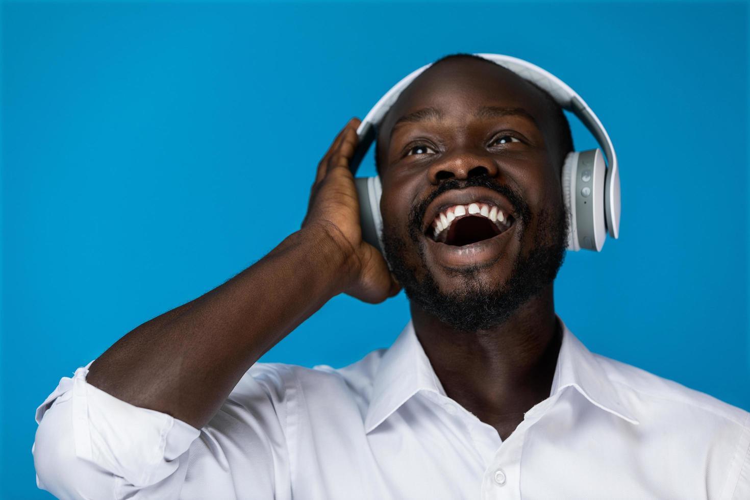 hombre negro escuchando musica foto