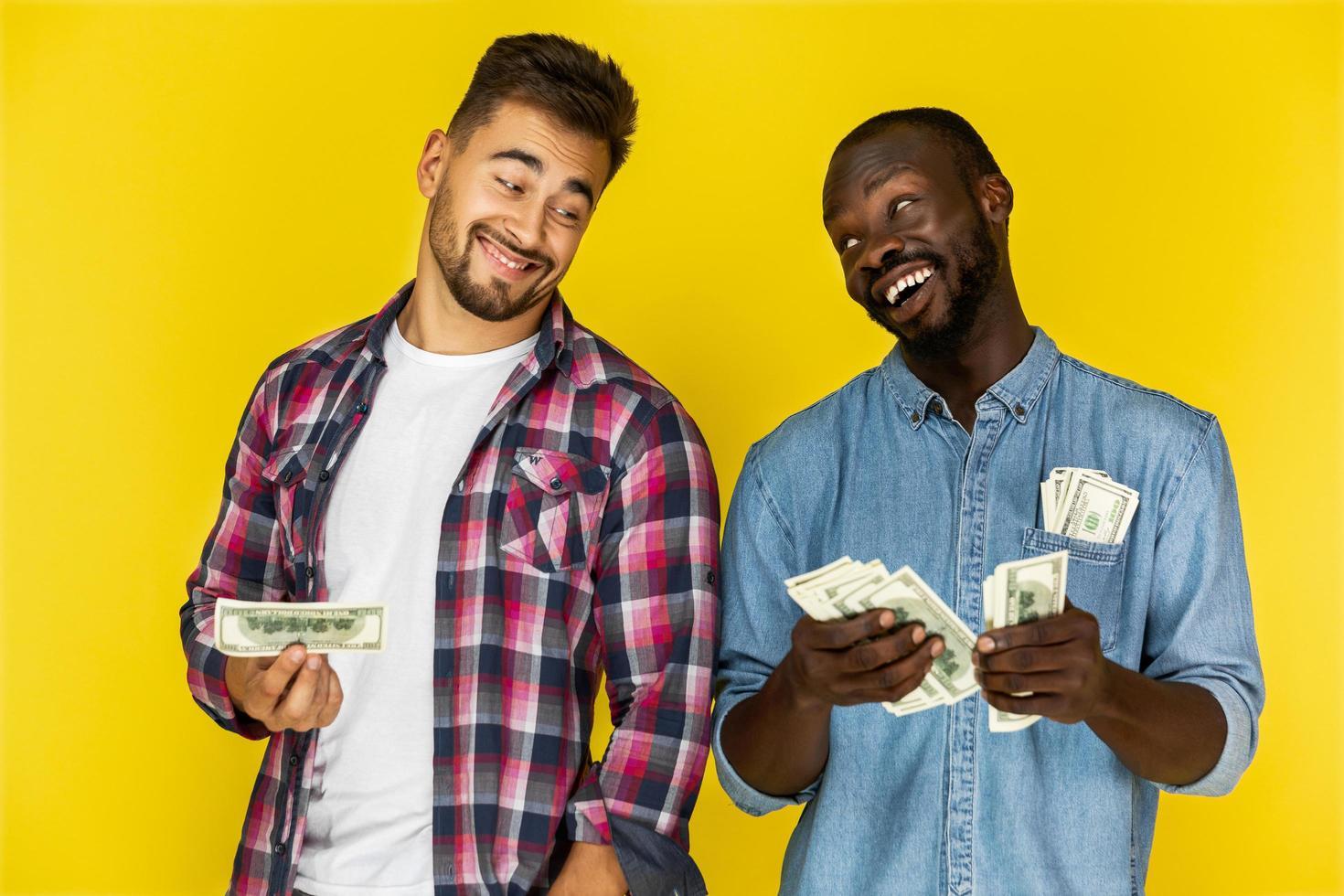 dos hombres sosteniendo dinero foto