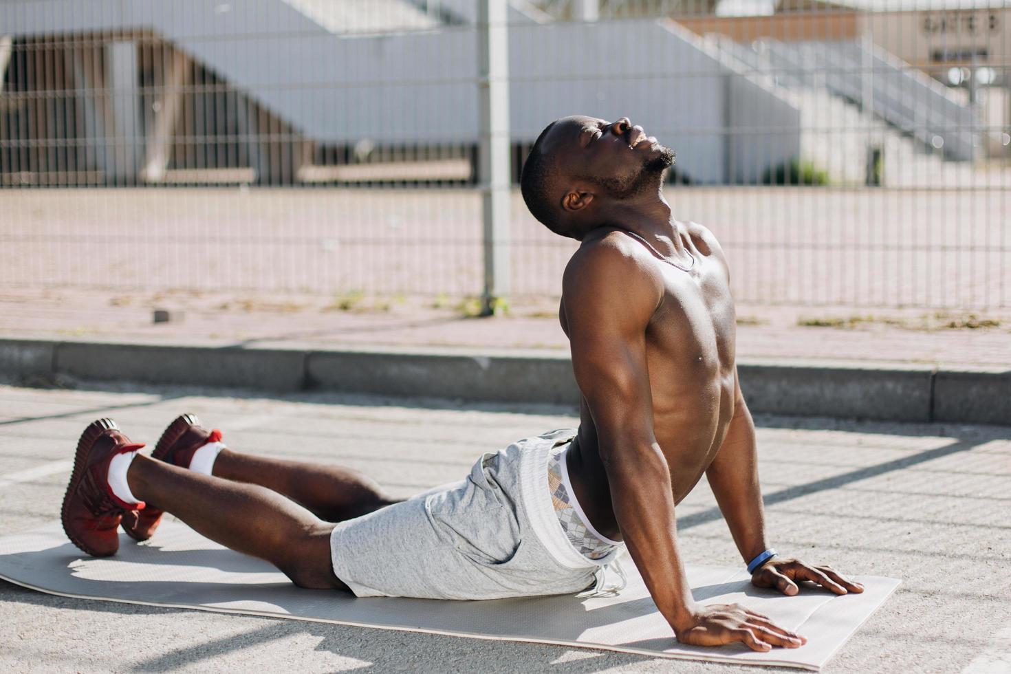 hombre haciendo yoga afuera foto