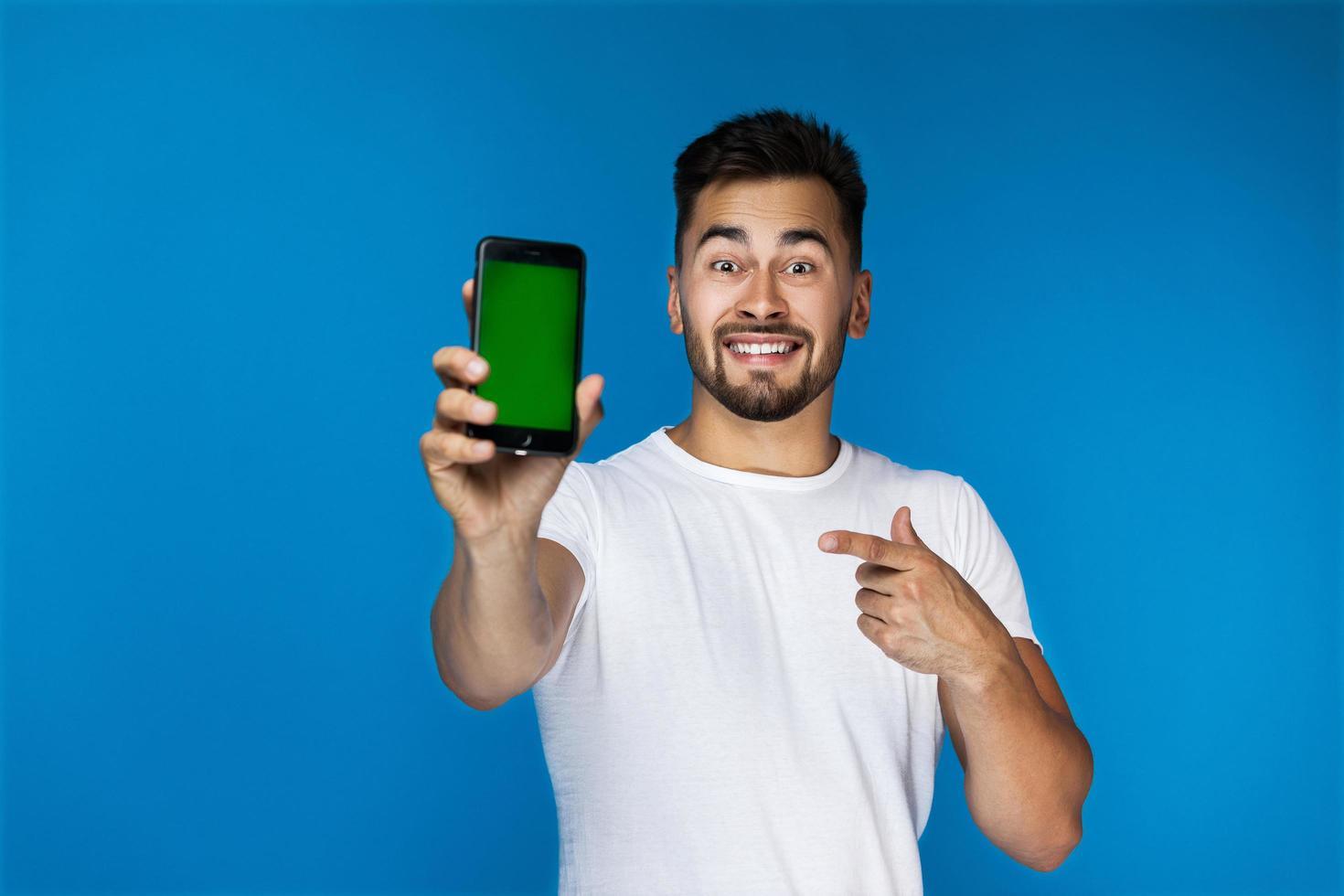 hombre apuntando al telefono foto