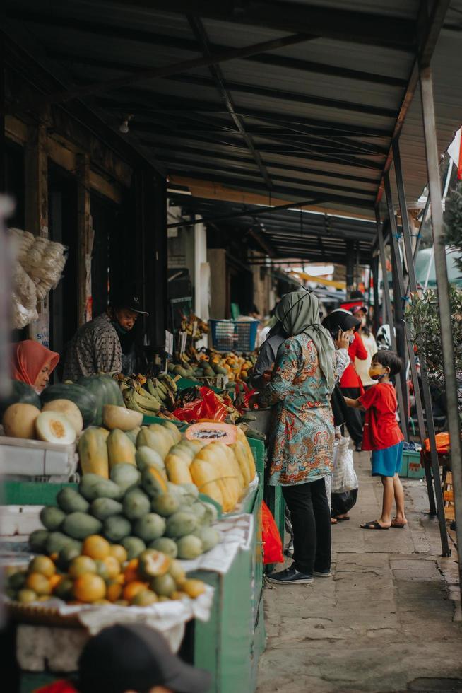 Personas no identificadas en un mercado en Indonesia foto