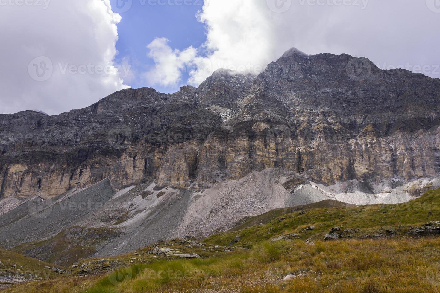 Italia. valle de aosta. macizo del monte rosa. acantilados y conos de escombros foto
