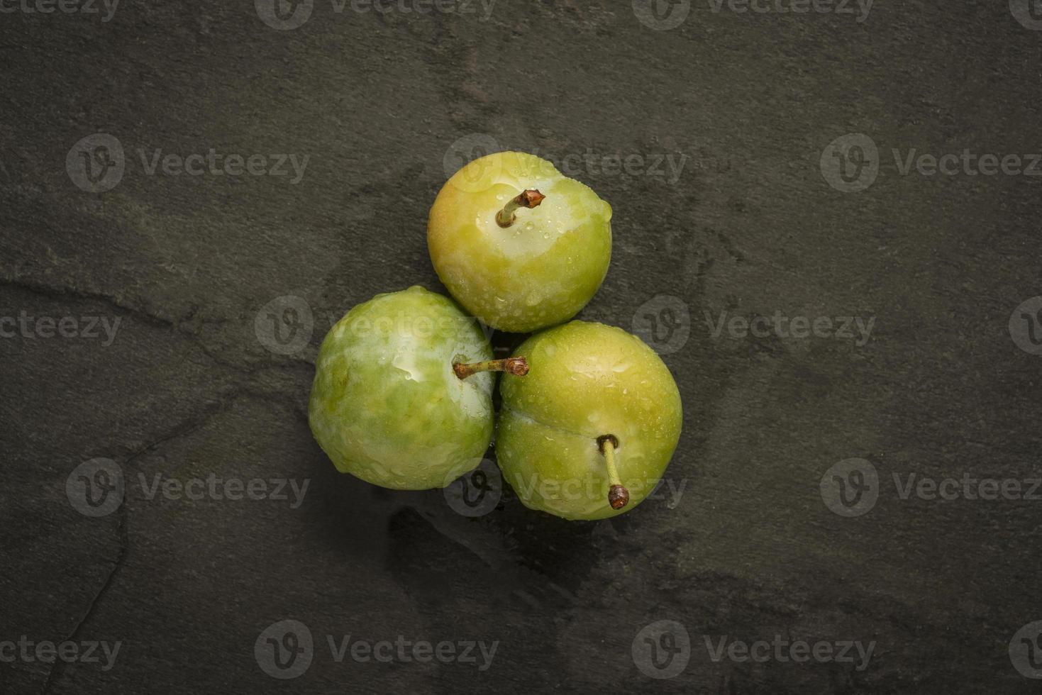tres greengages en pizarra foto