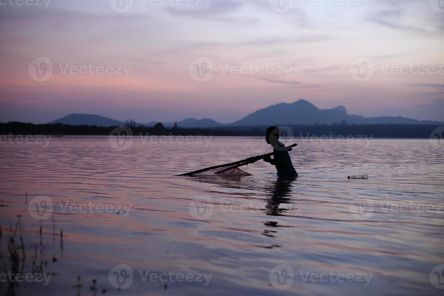 pescador de río y silueta foto