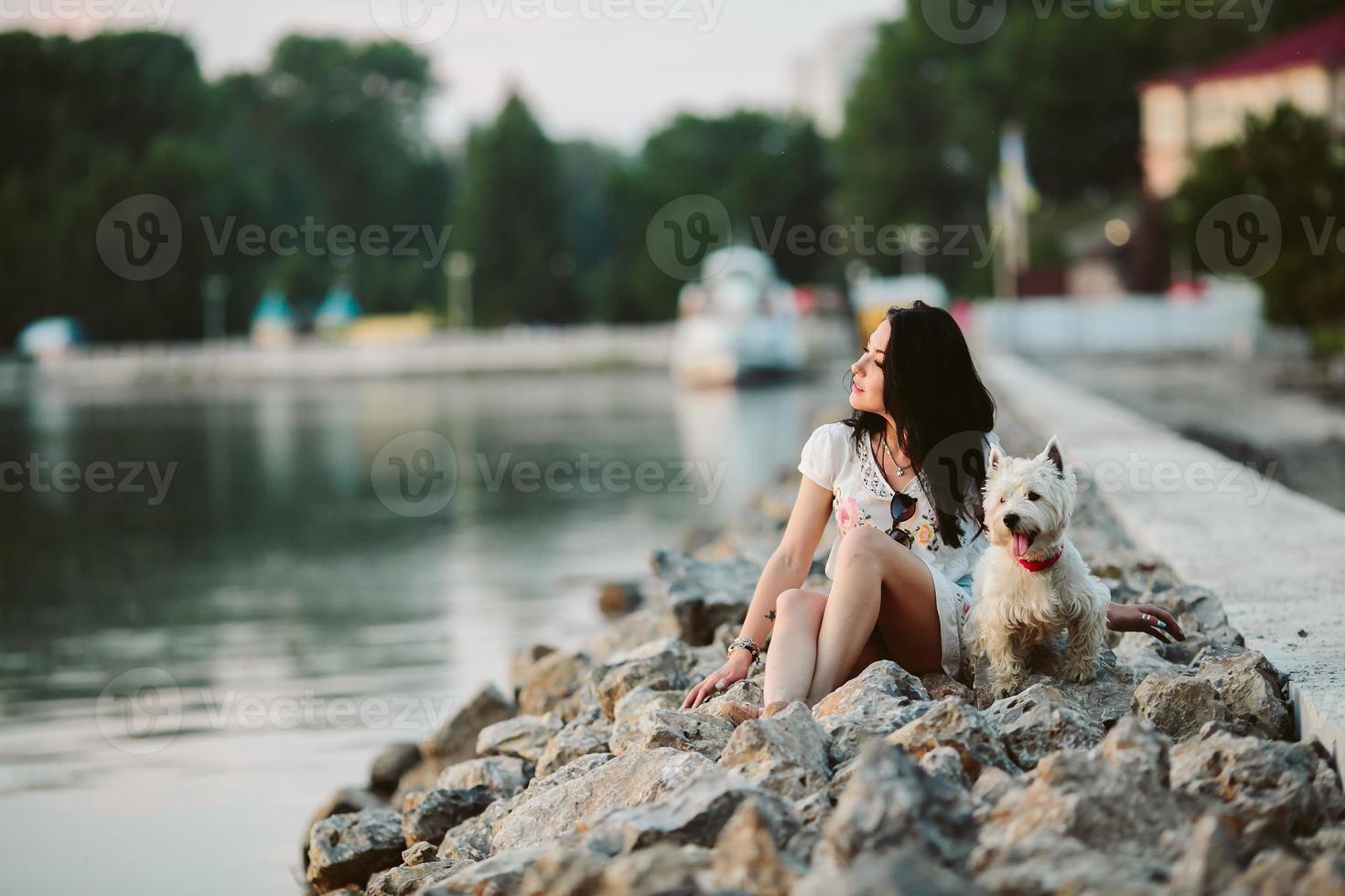 niña con un perro en el paseo marítimo foto