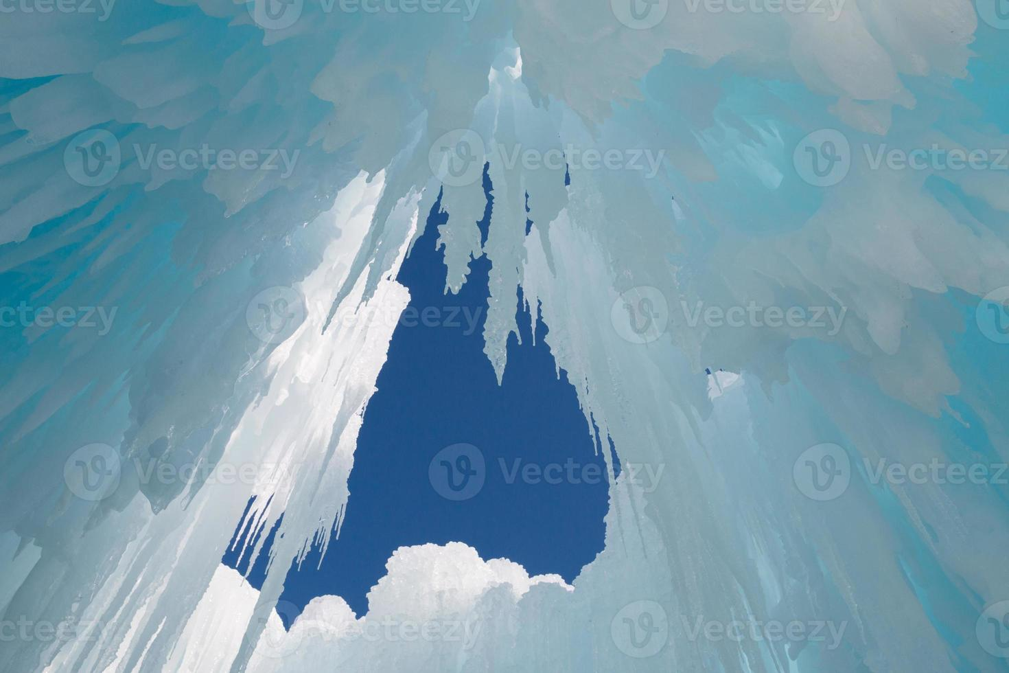 carámbanos cuelgan del techo de la cueva de hielo foto