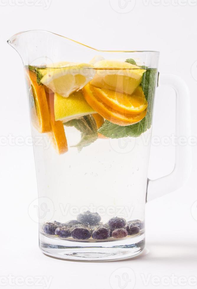 limonada con naranjas y menta en jarra de vidrio foto