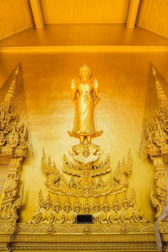 estatua en el templo dorado de wat paknam jolo foto