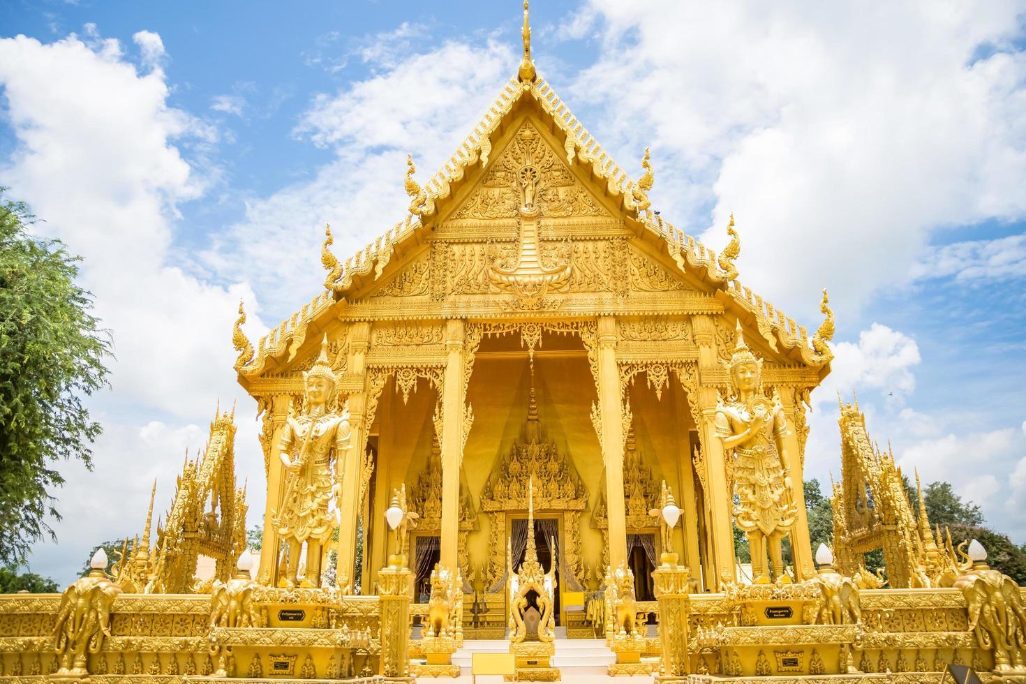 el templo dorado de wat paknam jolo, tailandia foto