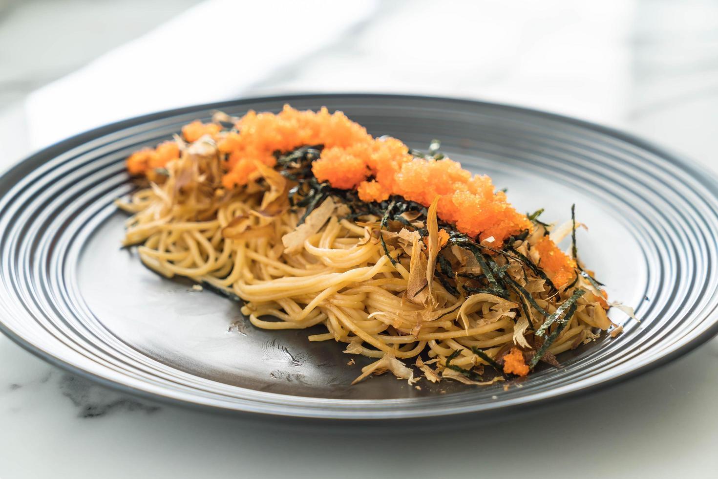 espaguetis con salchicha y huevas foto