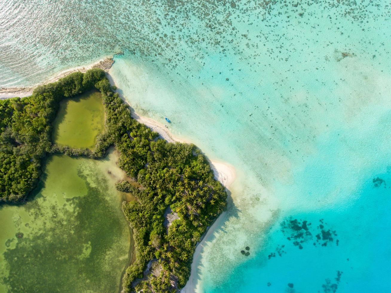 vista aérea de una isla verde foto