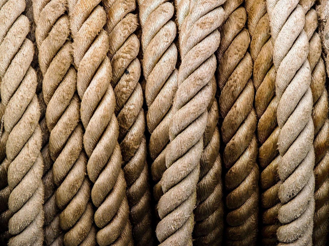 filas de cuerda marrón foto