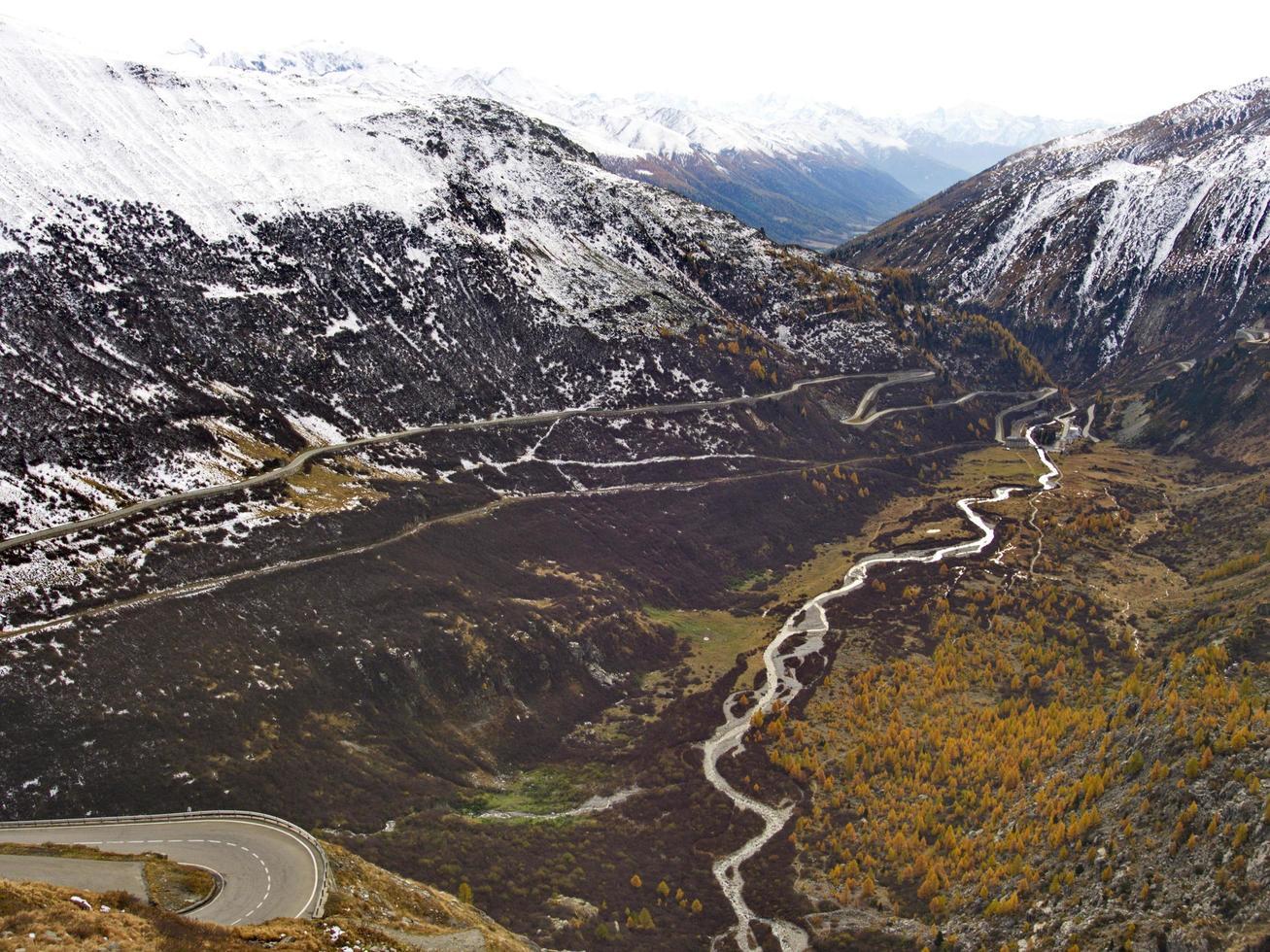 vista aérea de montañas nevadas foto