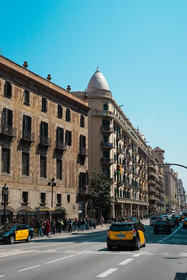 barcelona, españa, 2020 - gente en la acera de la ciudad foto