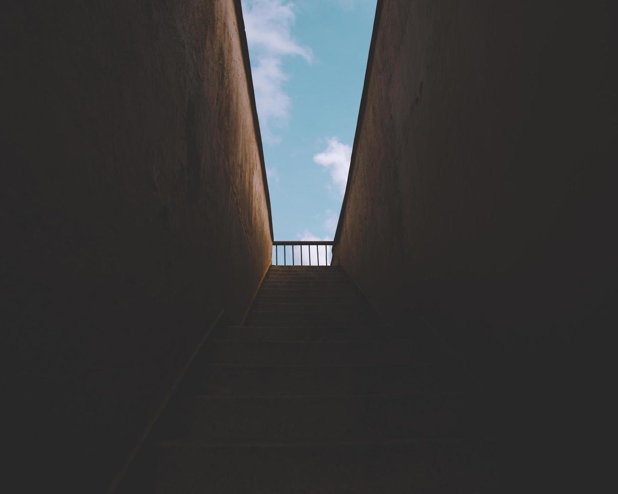 escalera oscura que conduce al exterior foto