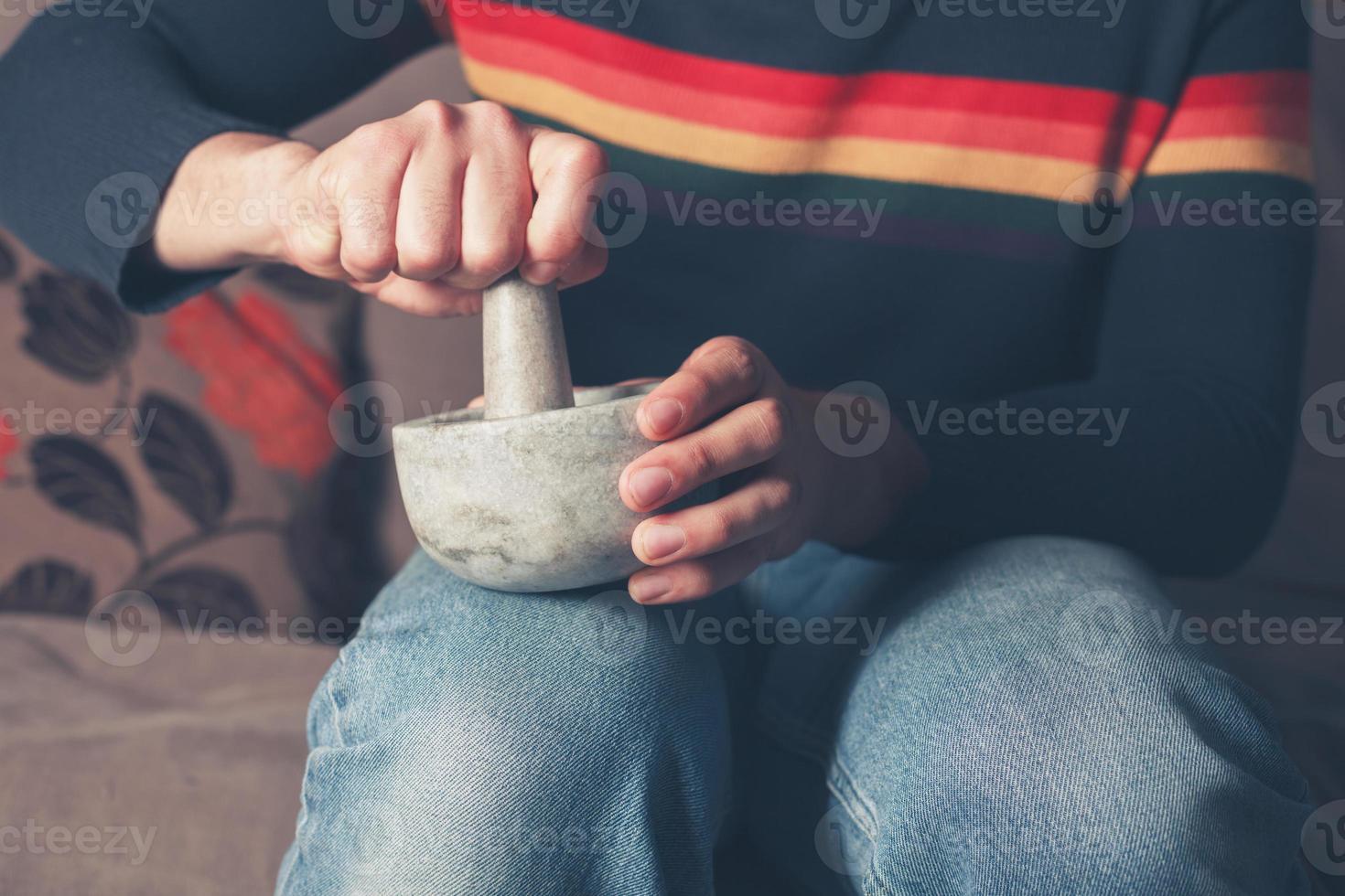 hombre moliendo pimienta foto