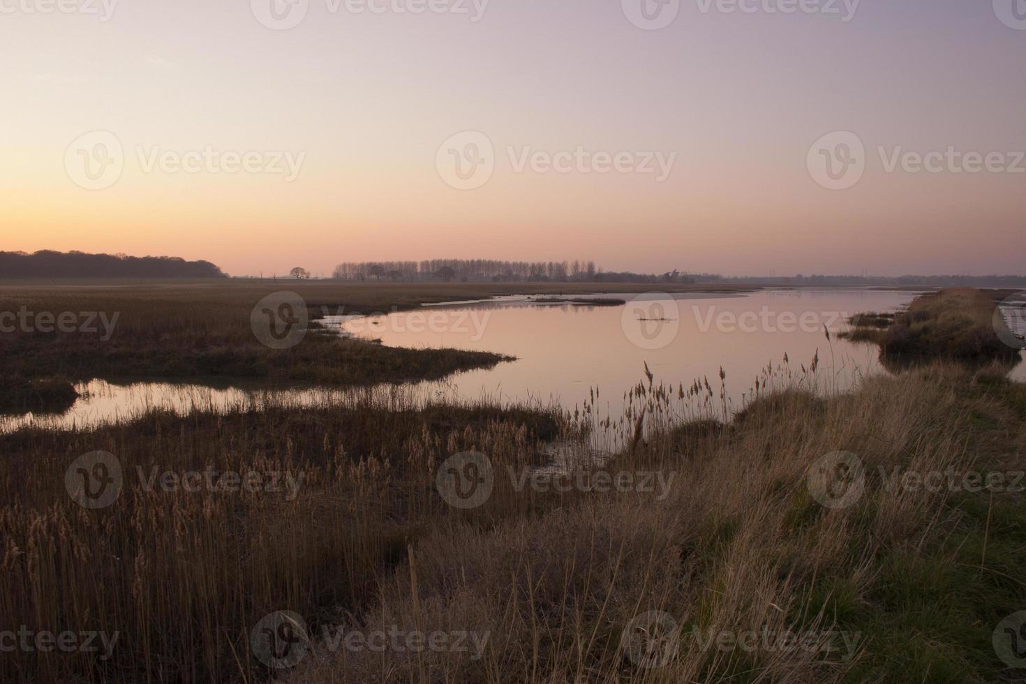 marzo atardecer sobre el río alde en iken, suffolk foto