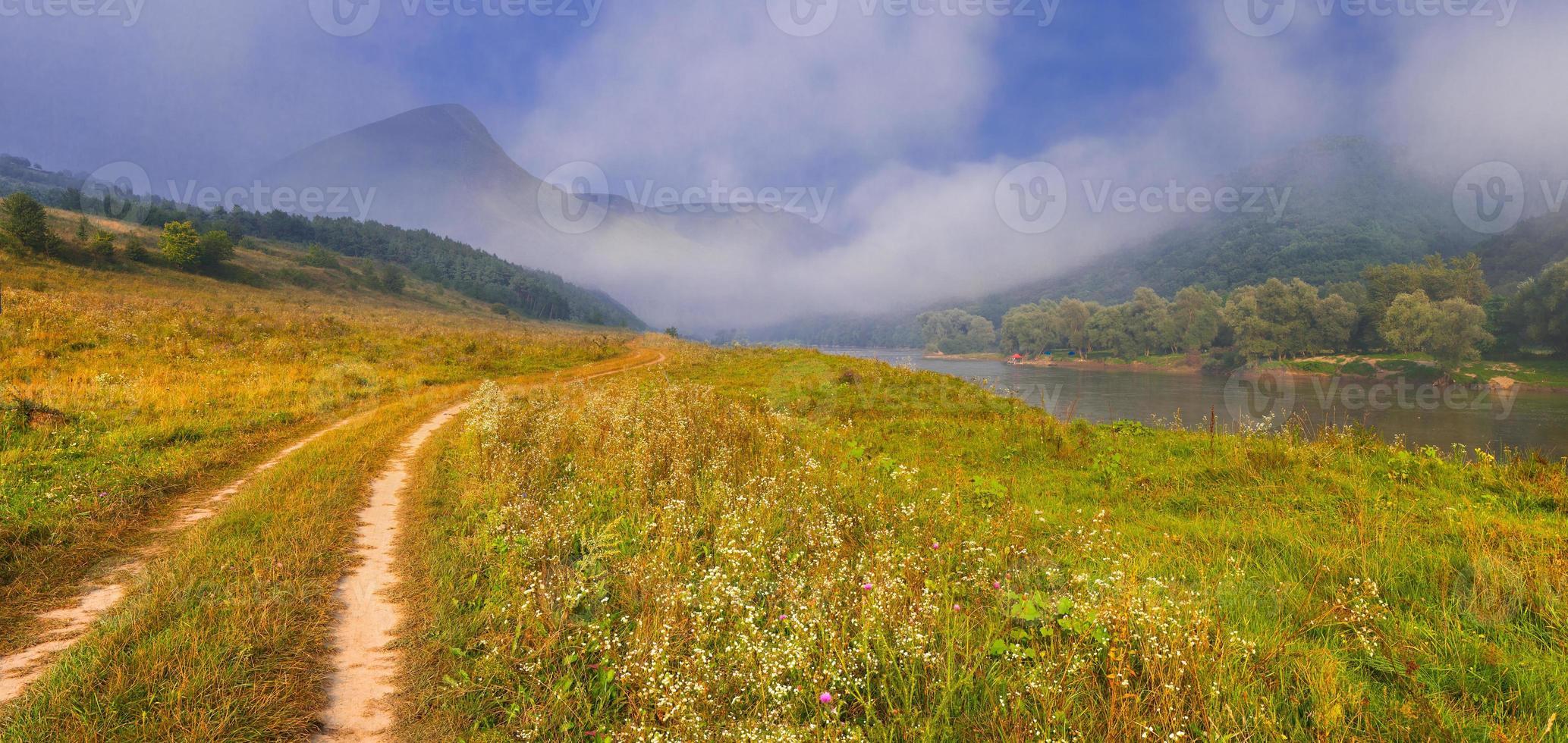 hermoso paisaje de verano con río en las montañas. amanecer foto