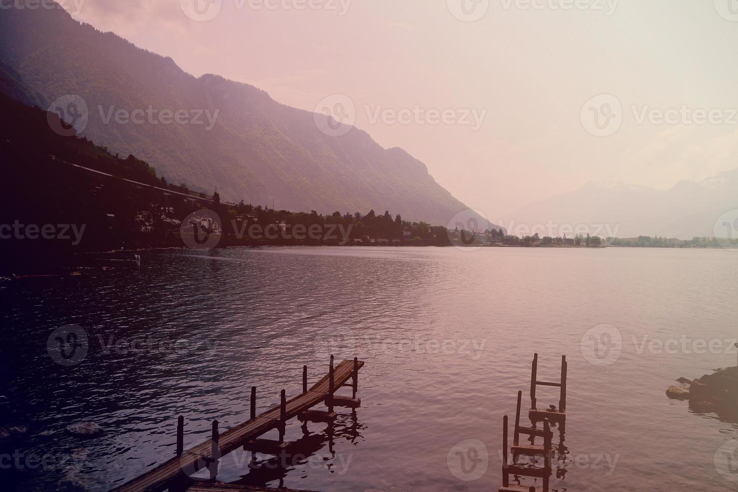 Paseo marítimo en el lago y la montaña de fondo. foto