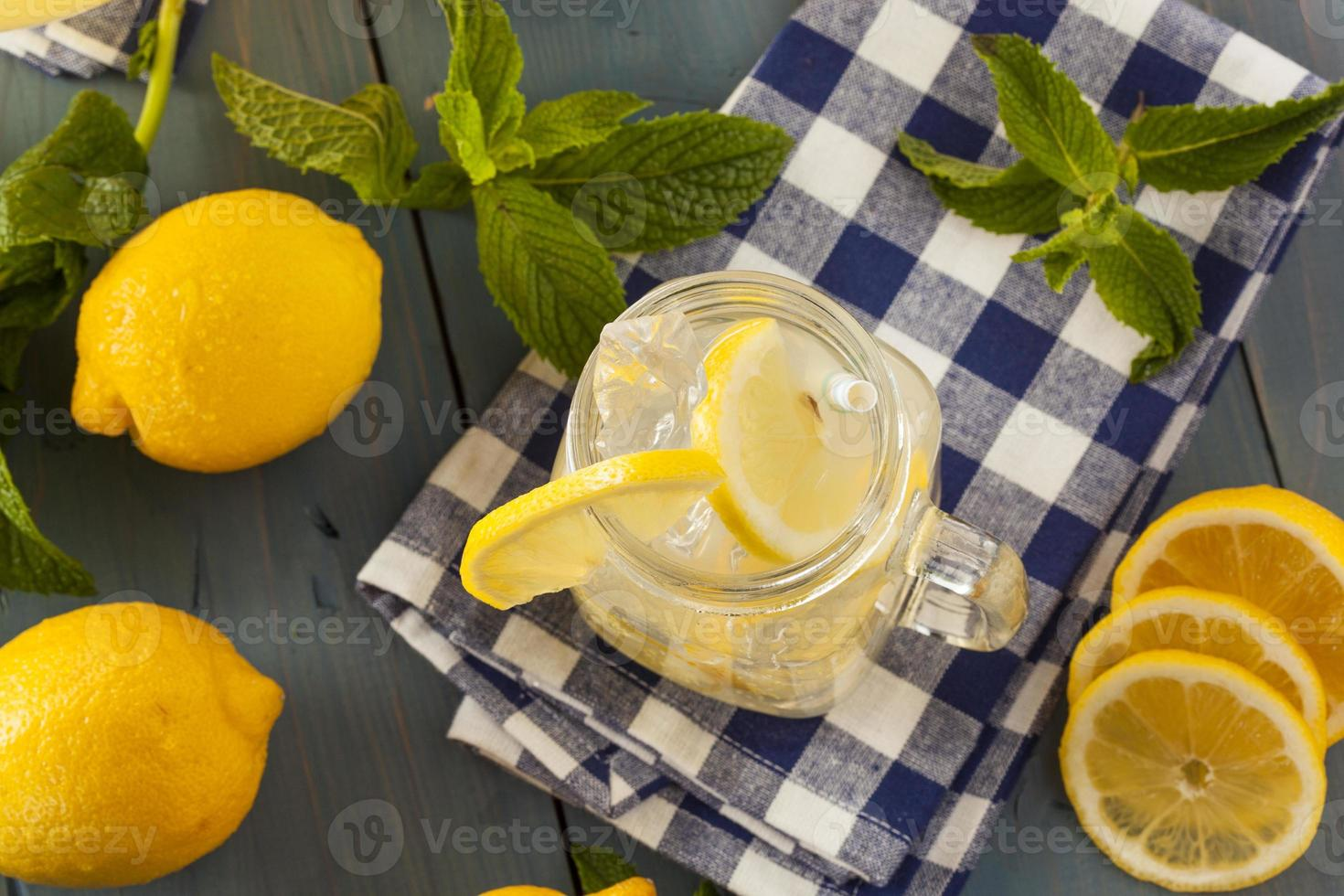 limonada amarilla refrescante casera foto