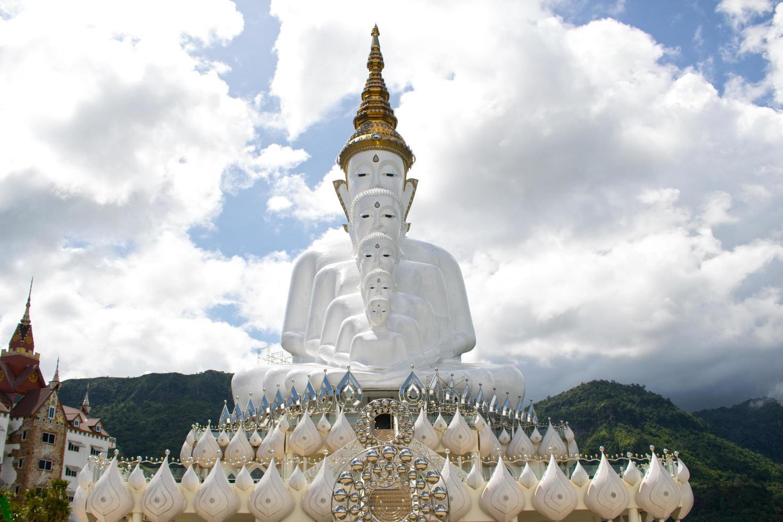 Estatuas de Buda en frente del cielo en Wat Phra Thart Pha Kaew foto
