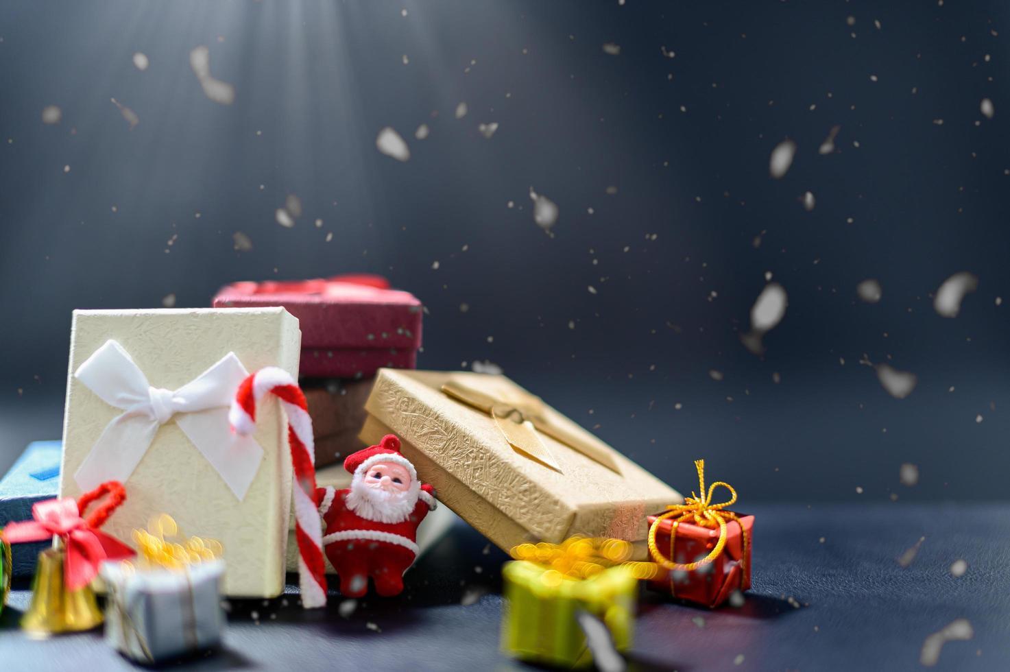 caja de regalo de feliz navidad fondo de noche nevada foto