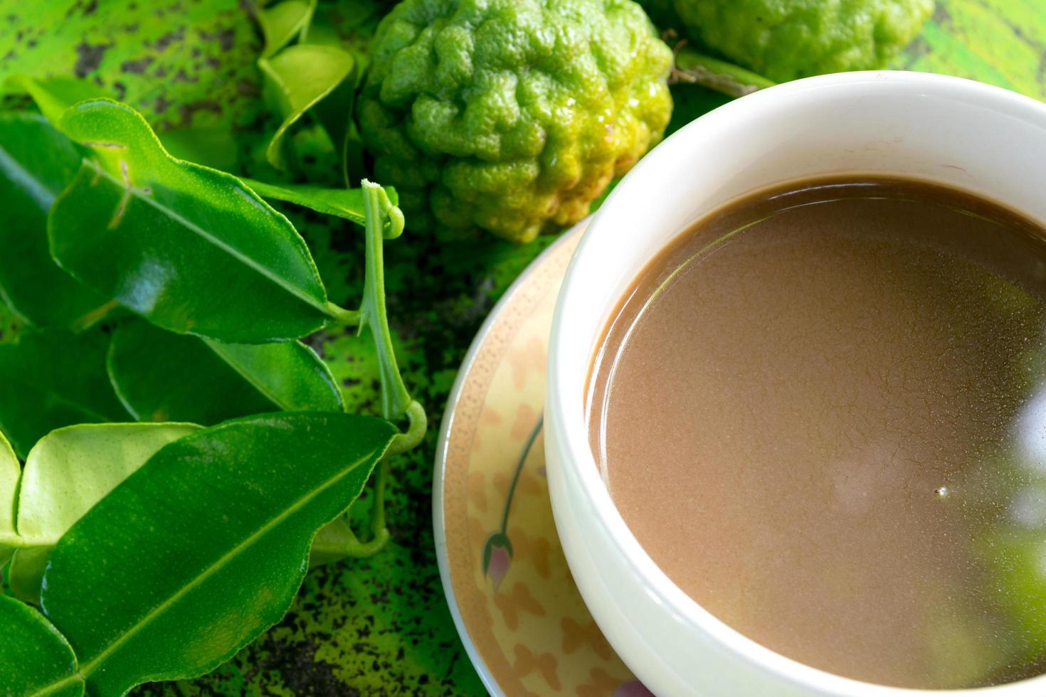 hojas de lima kaffir y café foto