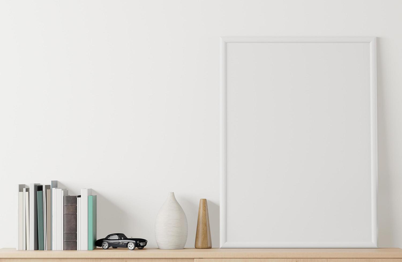 maqueta de póster interior de casa con marco en el aparador y fondo de pared blanca foto