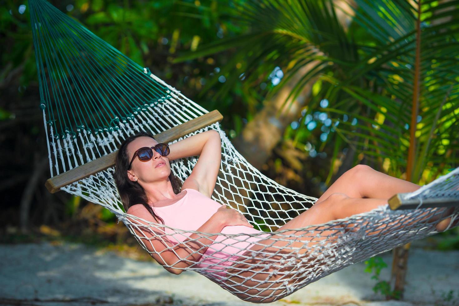mujer relajante en una hamaca foto