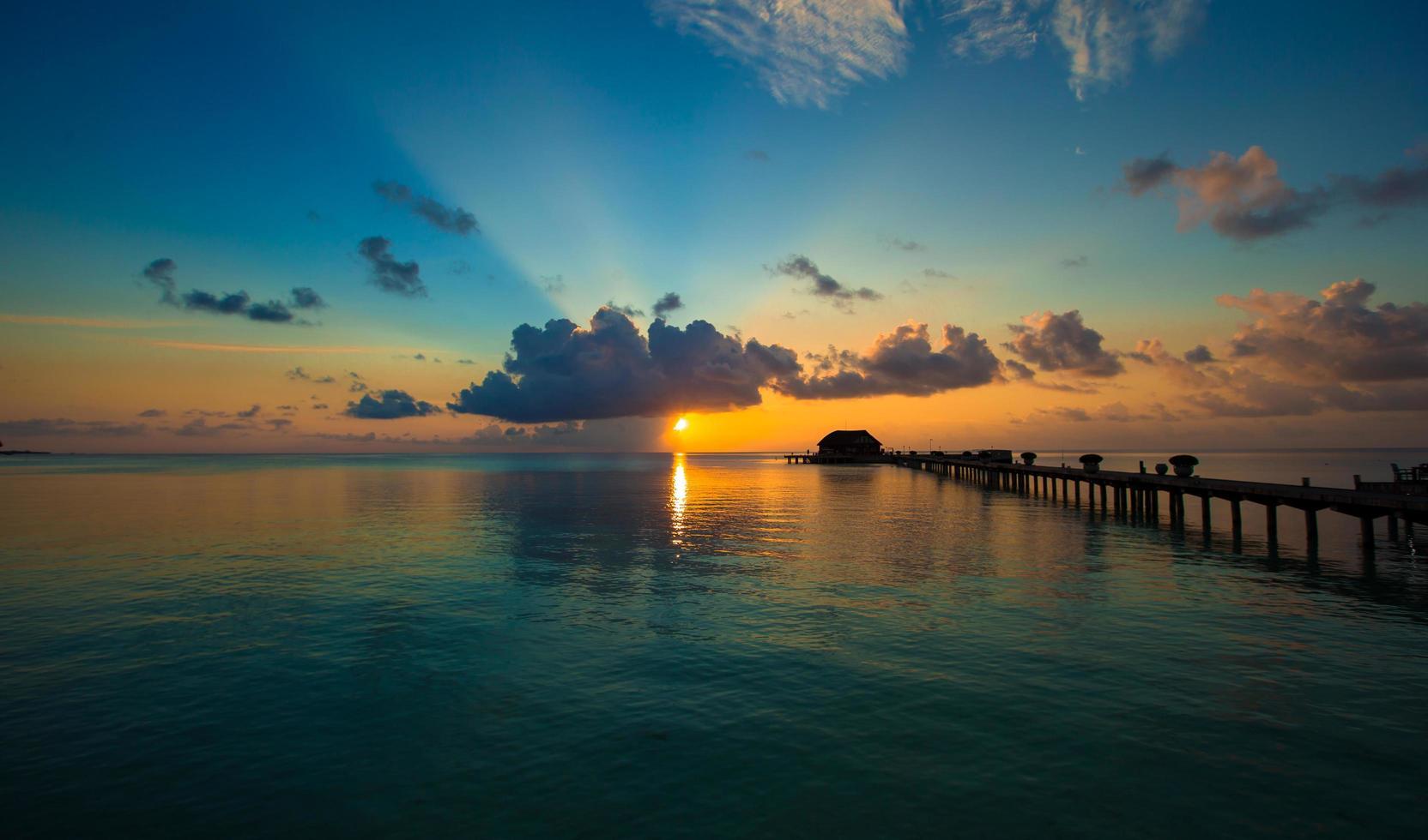 Maldivas, Asia del Sur, 2020 - Colorido atardecer en una isla tropical foto