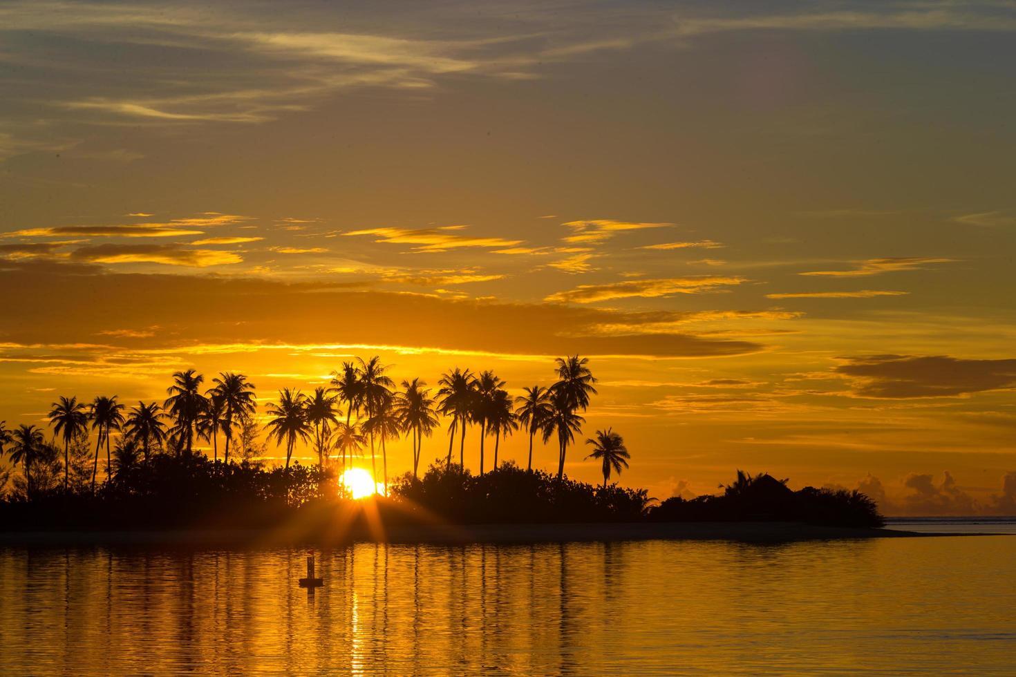 puesta de sol en una isla tropical foto