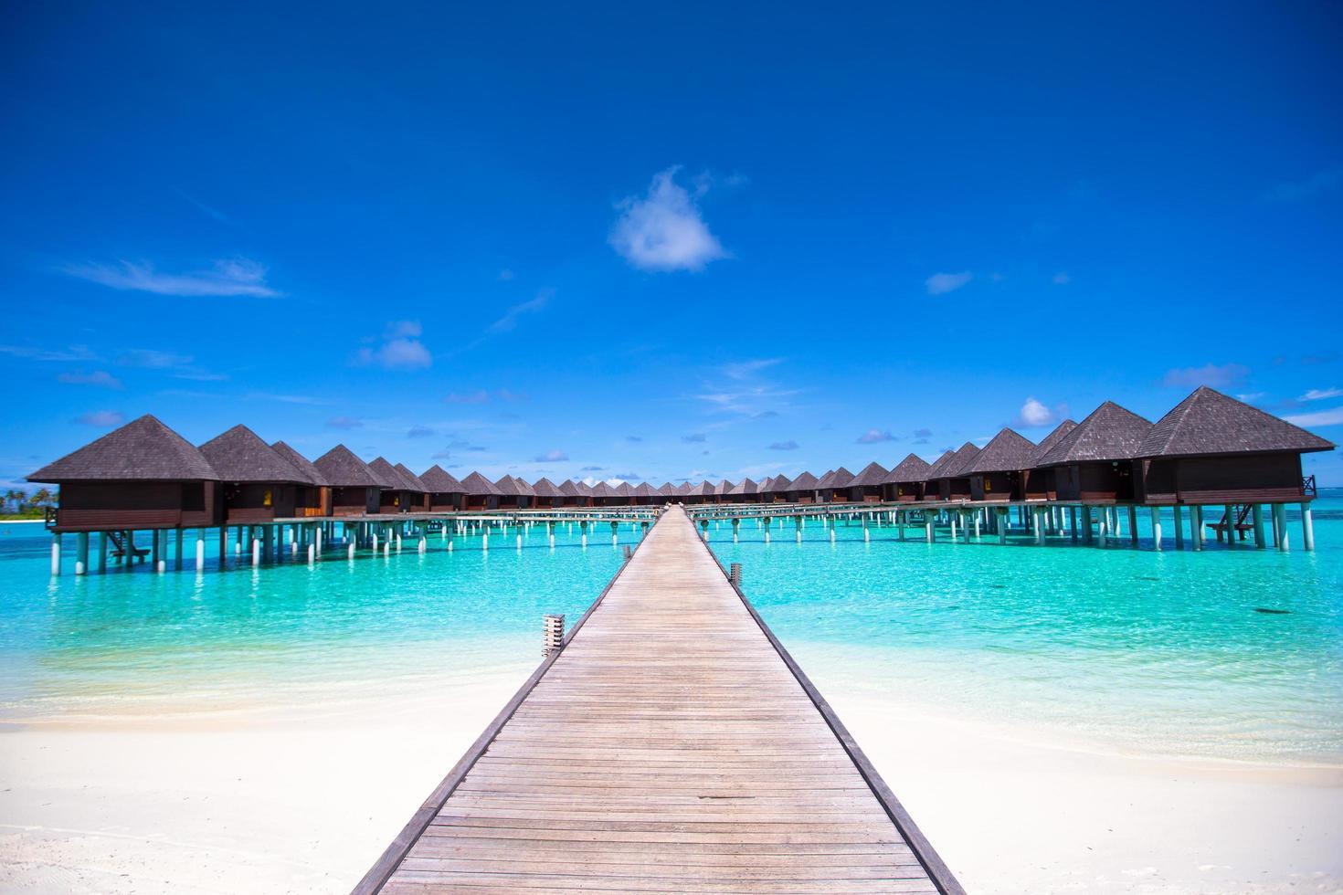 Maldivas, Asia del Sur, 2020 - bungalows de agua y embarcadero de madera foto
