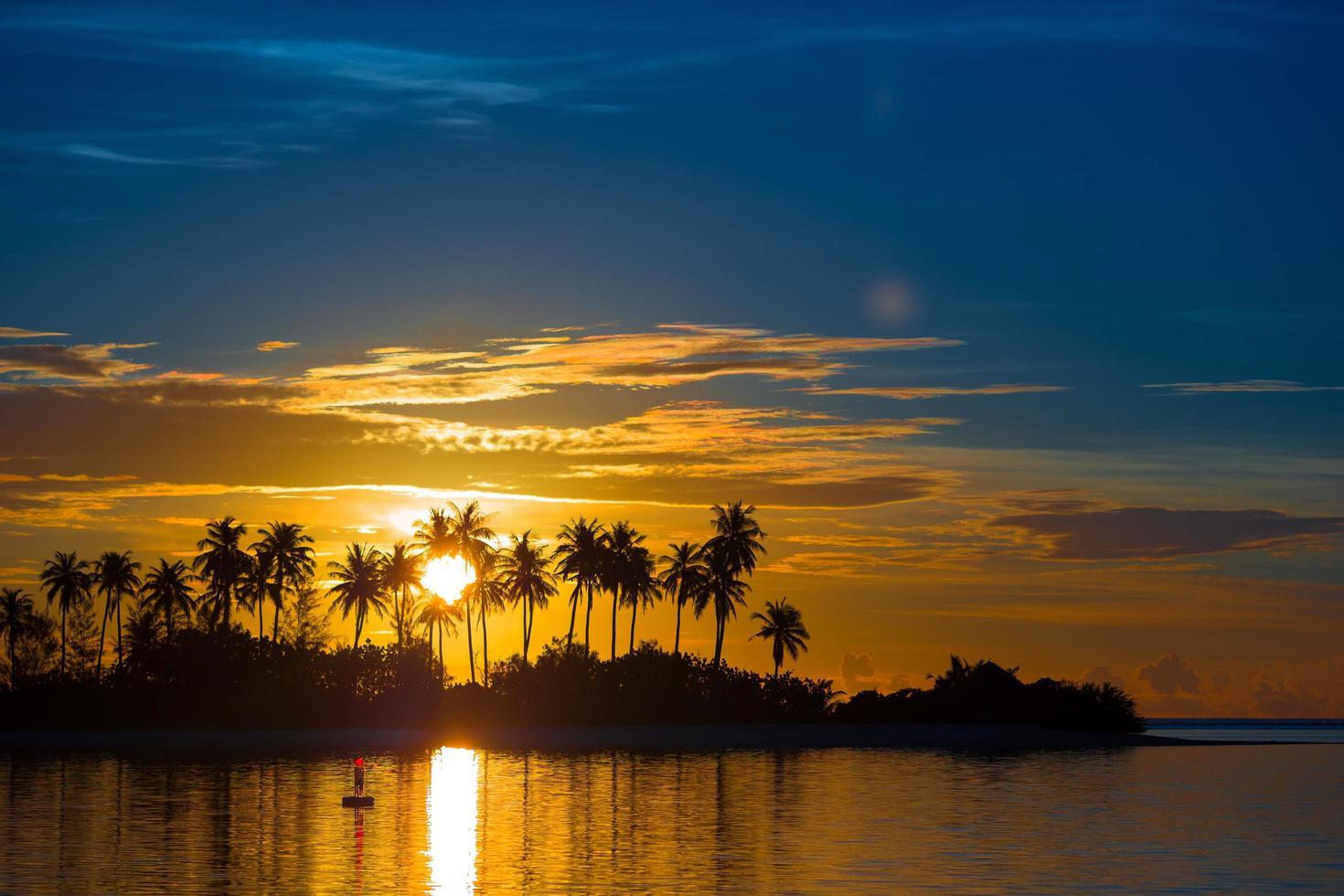 colorido atardecer en una playa tropical foto
