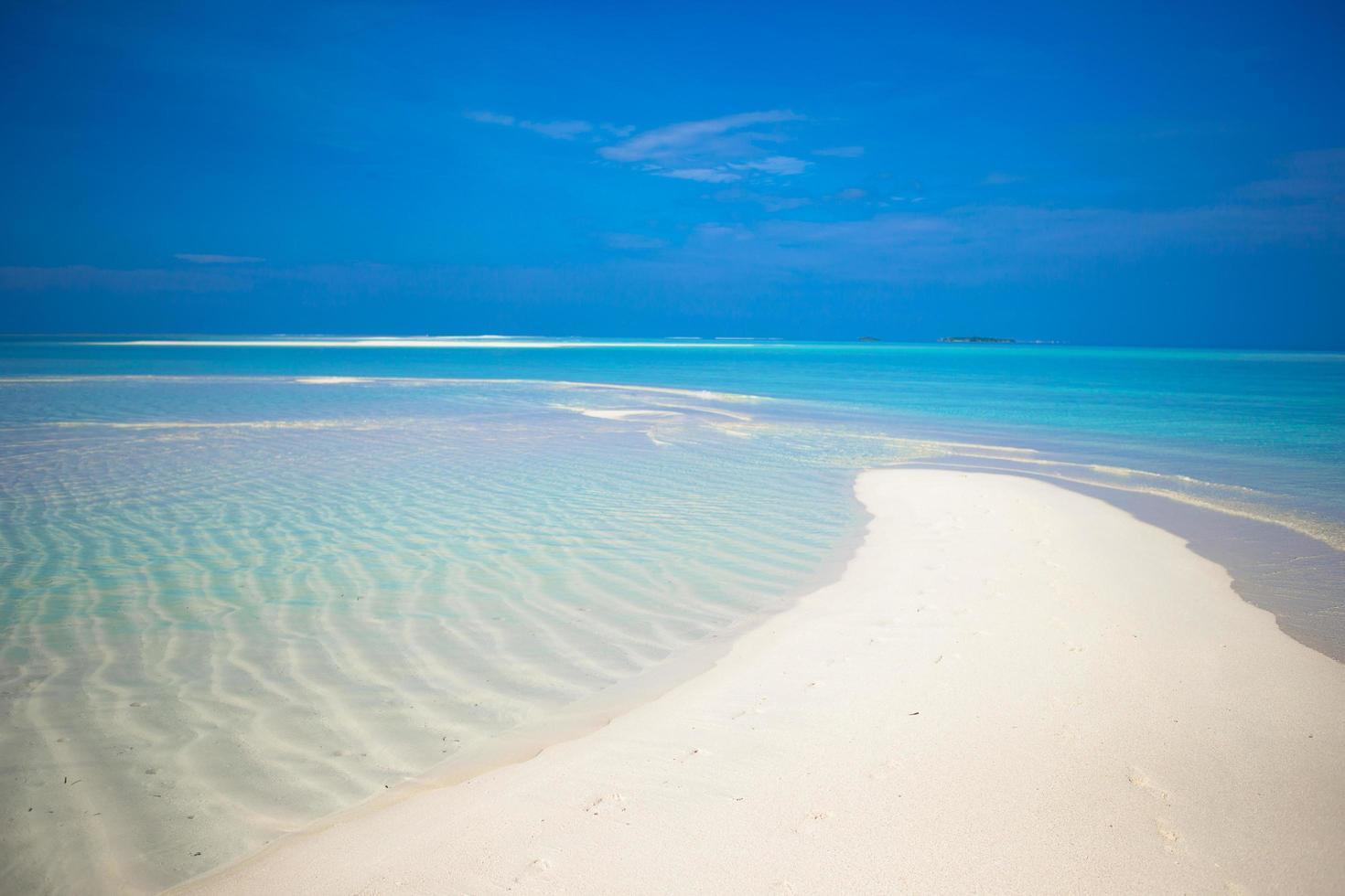 barra de arena en agua tropical foto