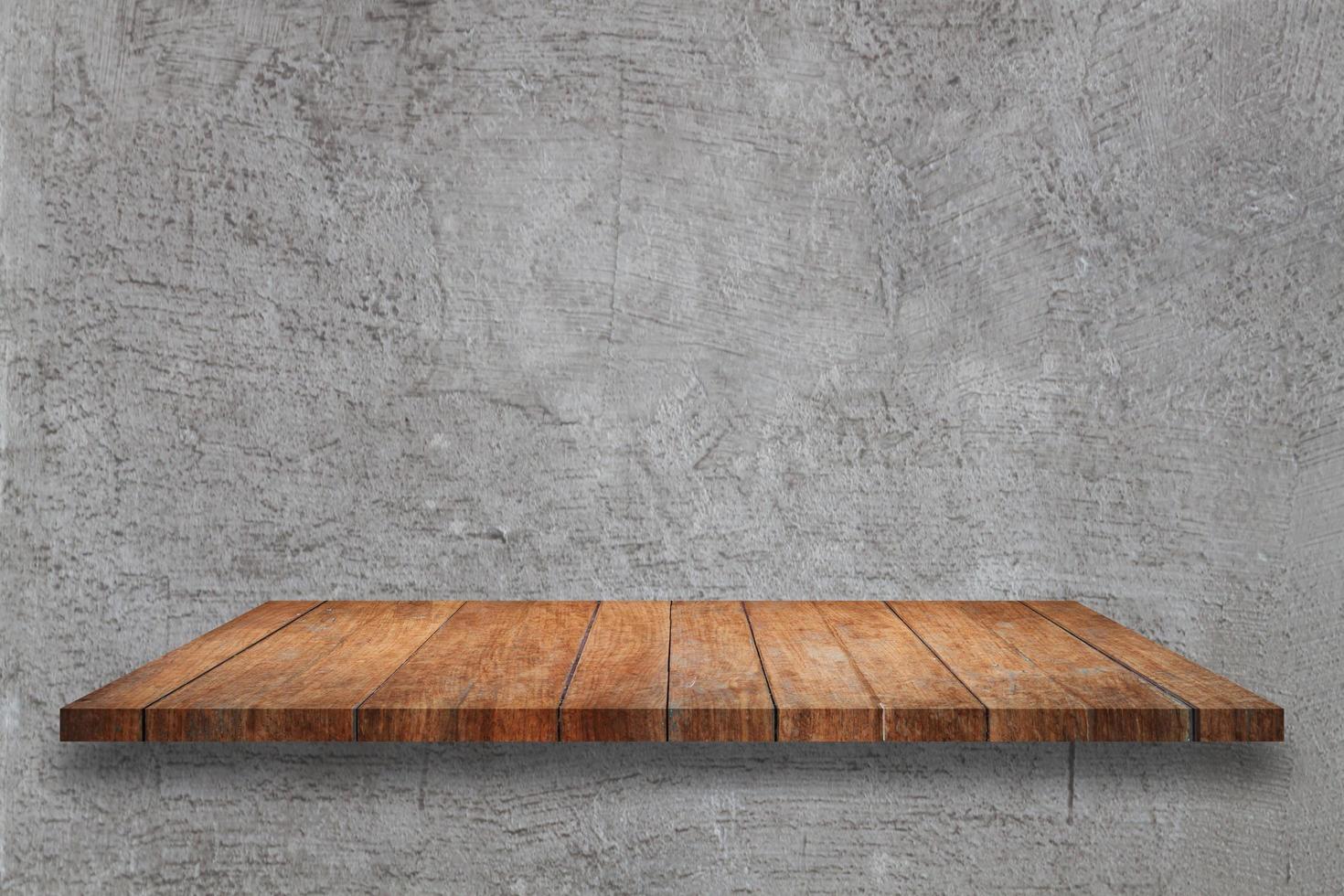 Estante de madera sobre un fondo de hormigón gris foto