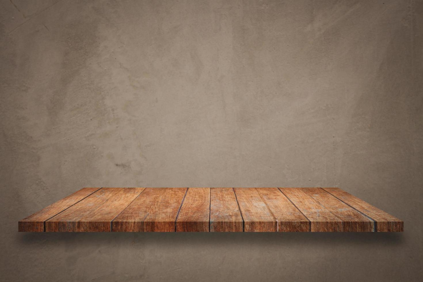 Estante de madera sobre fondo de hormigón foto