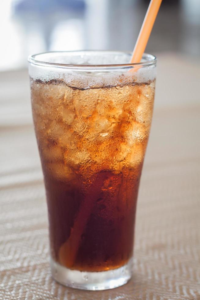vaso de cola con hielo foto