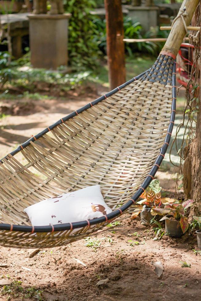 Hamaca estilizada vintage en un jardín. foto