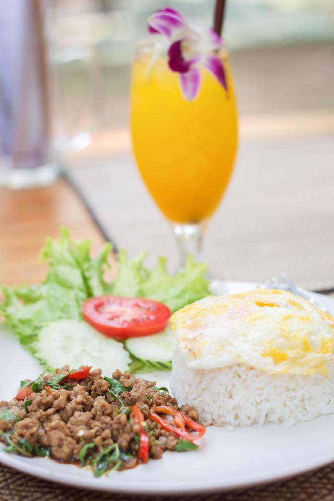 comida picante tailandesa con un cóctel foto