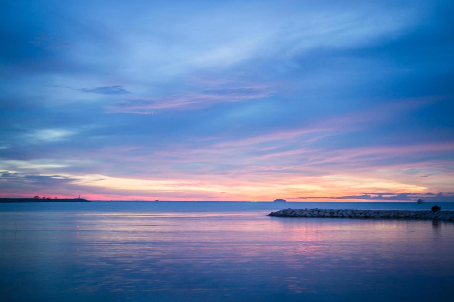 relajante puesta de sol en la orilla del mar foto