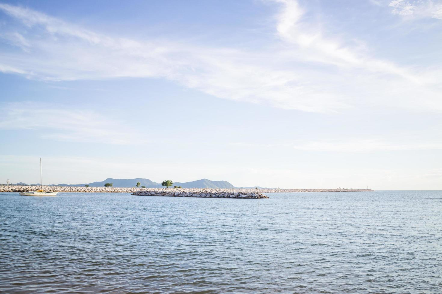 relajante vista de la costa azul profundo foto