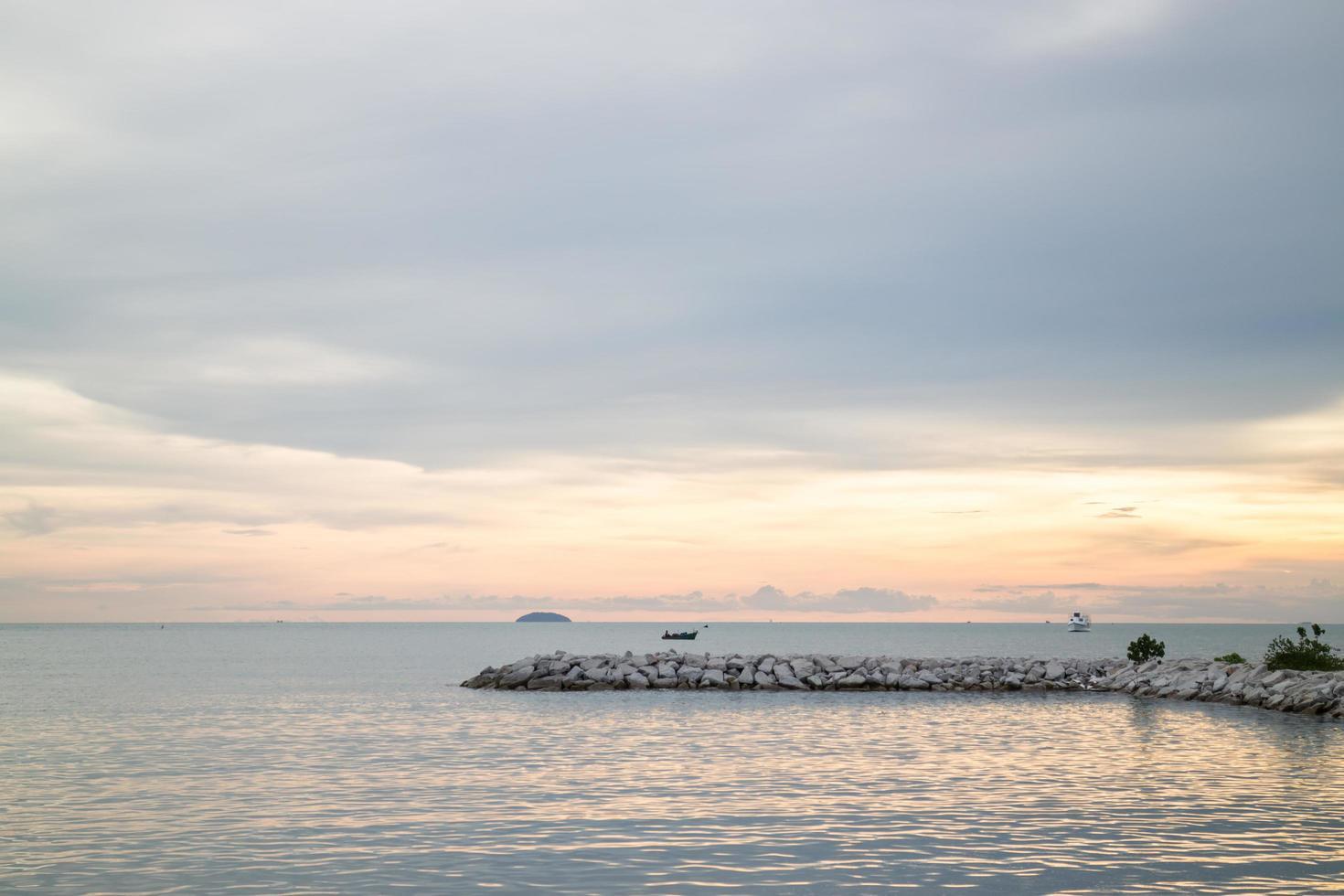 hermosa vista al atardecer del mar foto