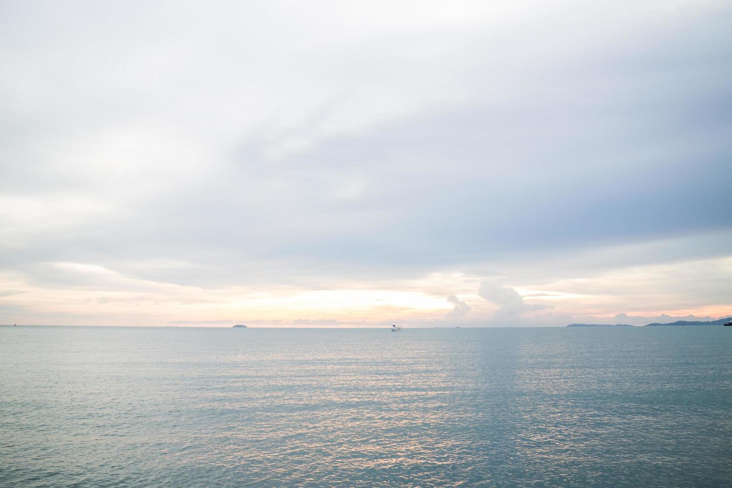 relajante vista al mar azul profundo foto
