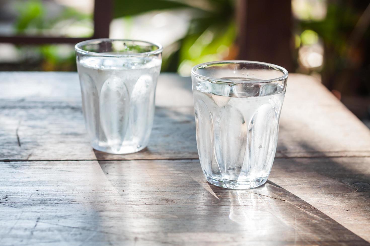 Dos vasos de agua foto