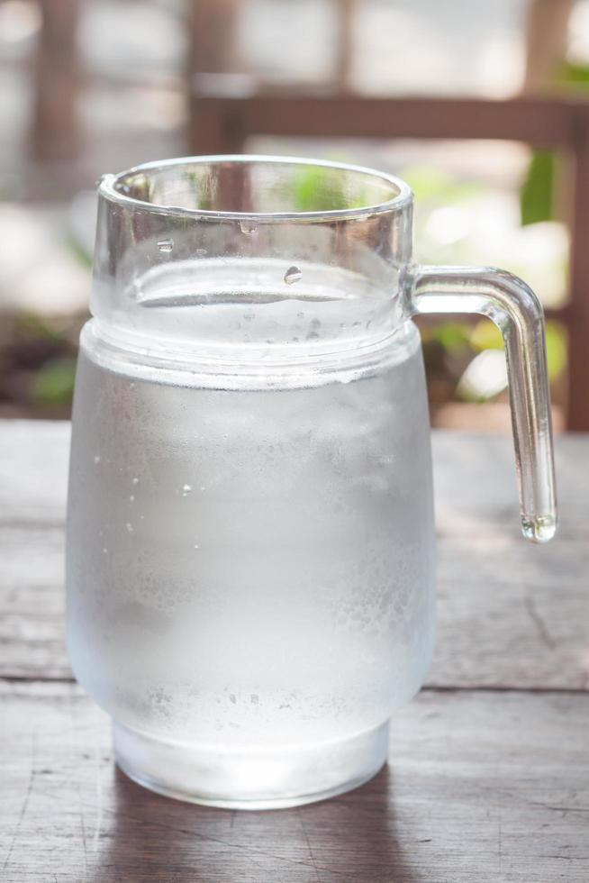 jarra de vidrio con agua foto
